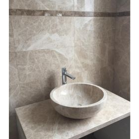 płytki marmurowe emperador beige polerowane łazienka ściana