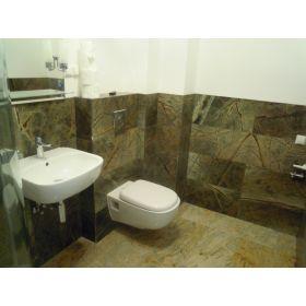 płytki marmurowe rain forest green łazienka