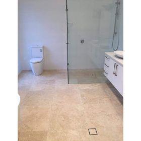 płytki trawertyn kamień naturalny szpachlowany 45,7x45,7 łazienka