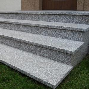 Zalety zewnętrznych schodów z granitu.